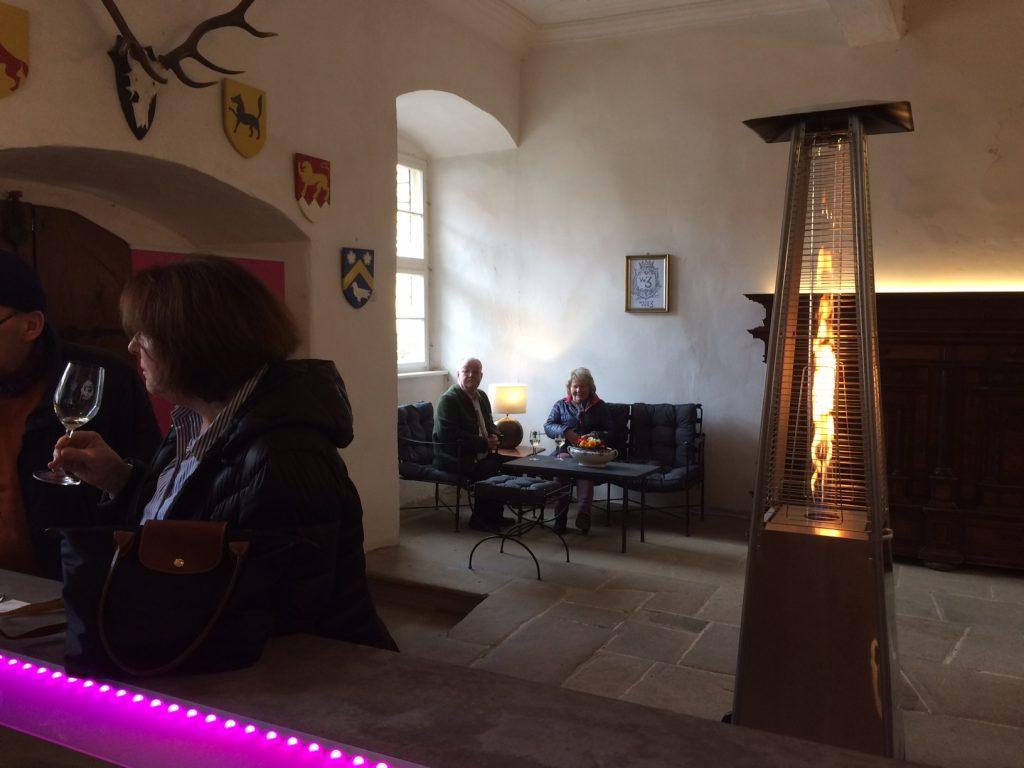 Wein von 3 Schloss Zeilitzheim Verkostungsbereich